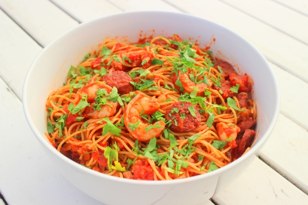 Spaghetti met scampi, chorizo en rode wijn